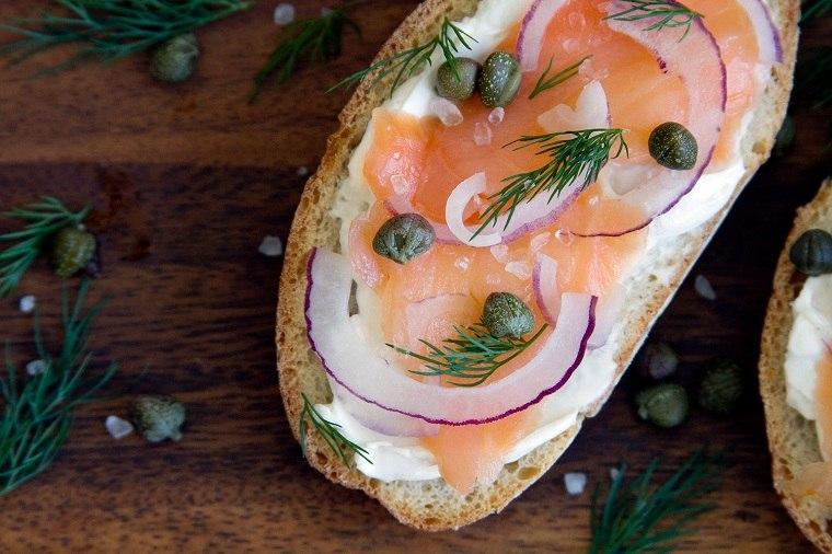 recetas-para-desayunos-pan-tostado-salmon