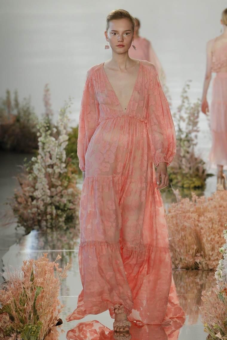 ropa-moderna-chica-estilo-urbano-2018-semana-moda-vestido-color-moda
