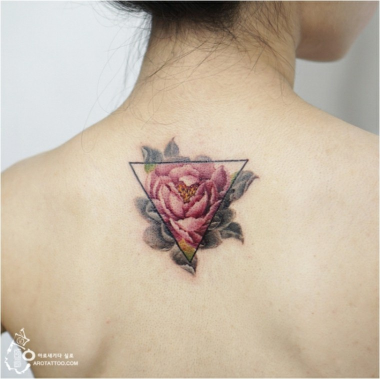 tattoo de flores en la espalda