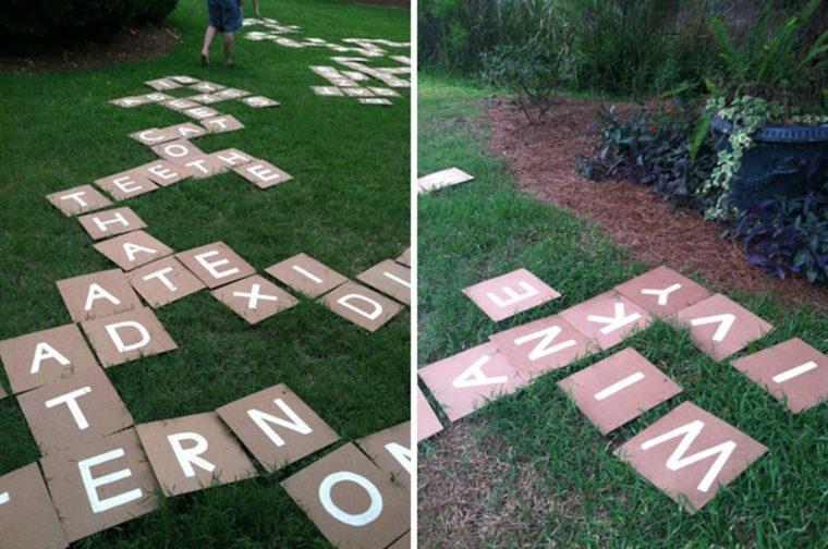 Una partida de Scrabble gigante en el patio
