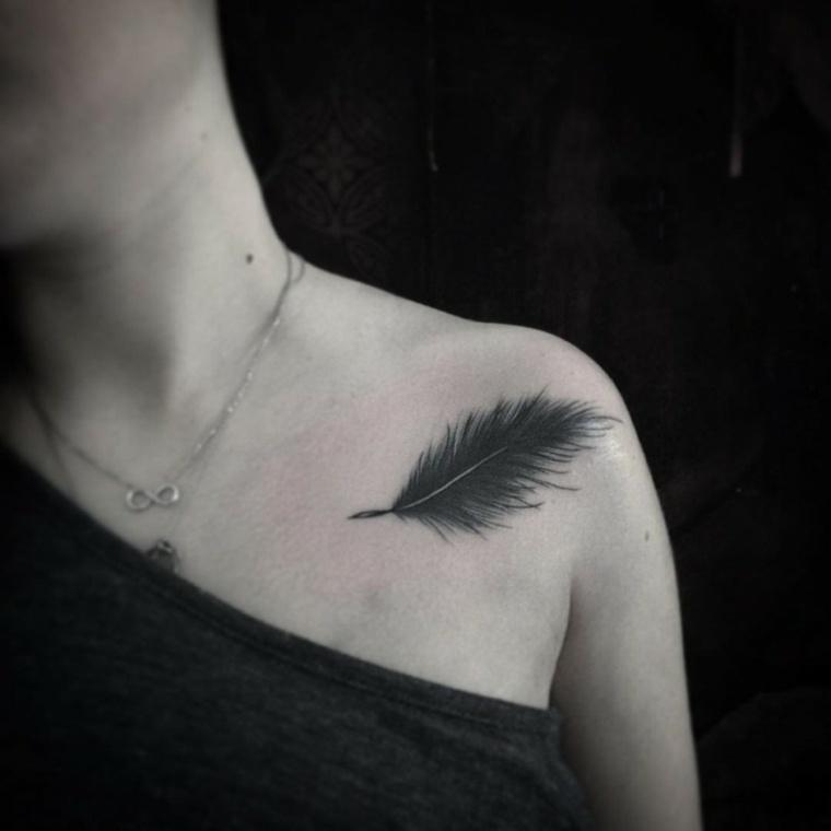 tatuaje-delicado-pluma-mujer-ideas