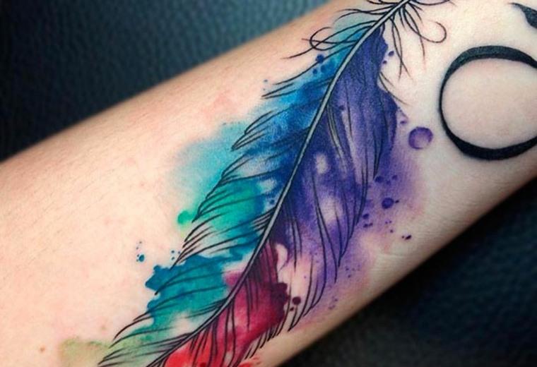 tatuajes-de-plumas-ideas-mujer-muneca-colores