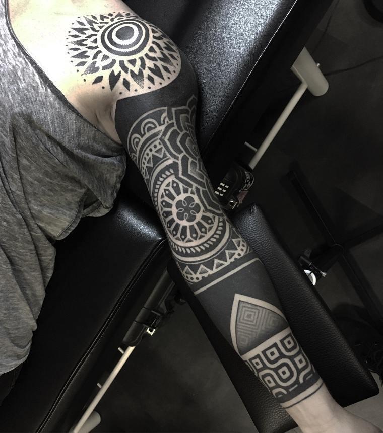 tatuajes-elegantes-tendencias-estilo-moderno-tattoo-negro-diseno