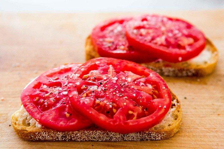 recetas para desayunos tomates-queso-tostadas-desayuno