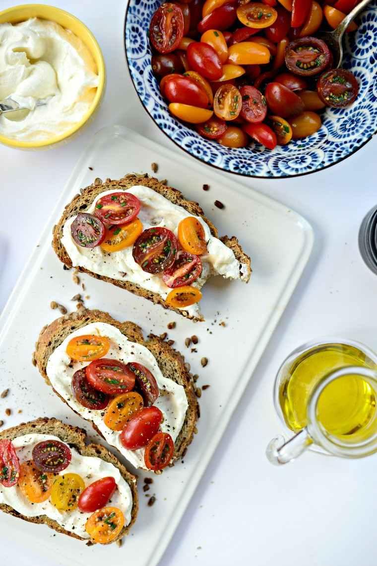 tostadas-ideas-feta-tomates