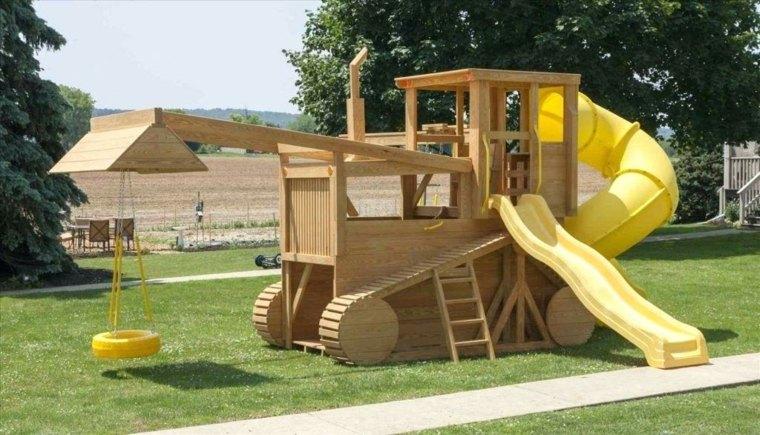 Parque de juegos infantil con forma de tractor