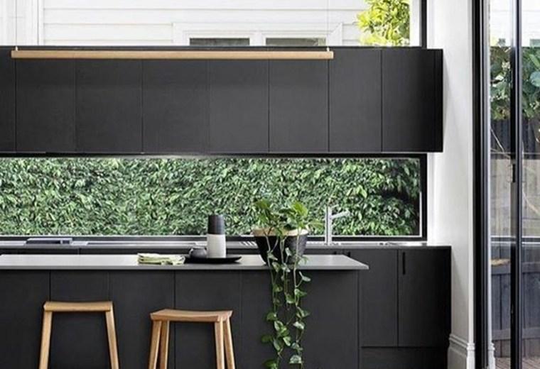 ventana salpicadero-cocina-negra