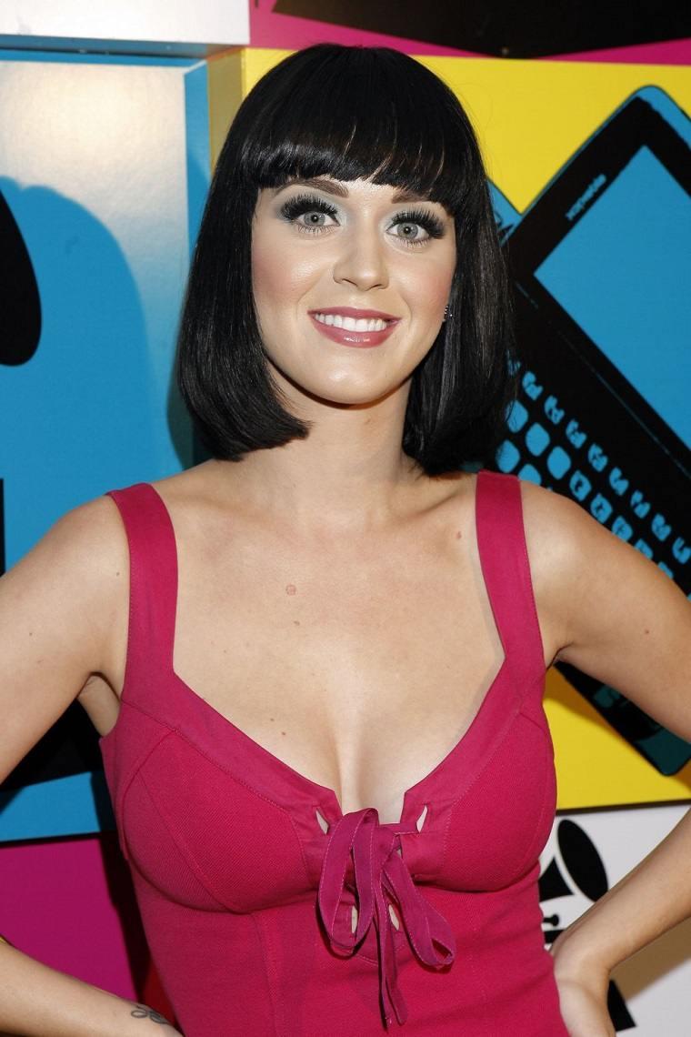Katy-Perry-cabello-corto-negro-ideas-estilo-cantante