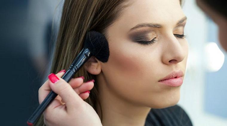 aplicar-bronceador-maquillaje-verano