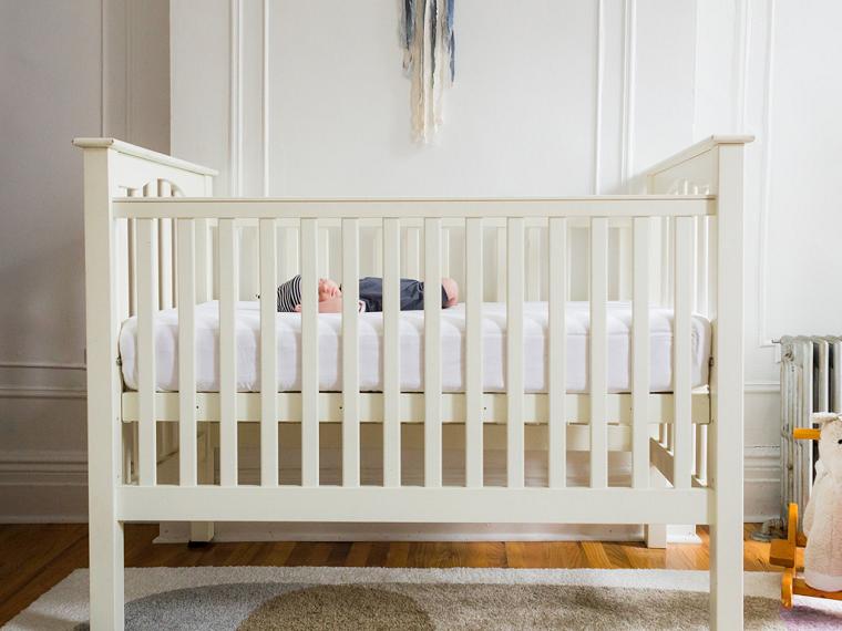 bebe-cuna-blanca-dormir-mitos-sueno