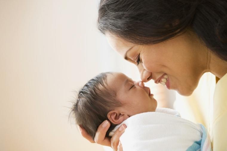 bebe-feliz-dormido-madre-mitos-sueno