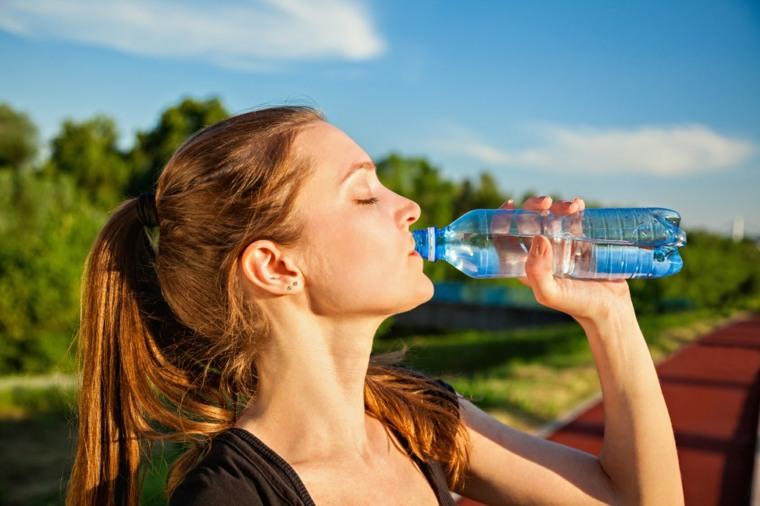 beneficios-de-tomar-agua-botella-plastico