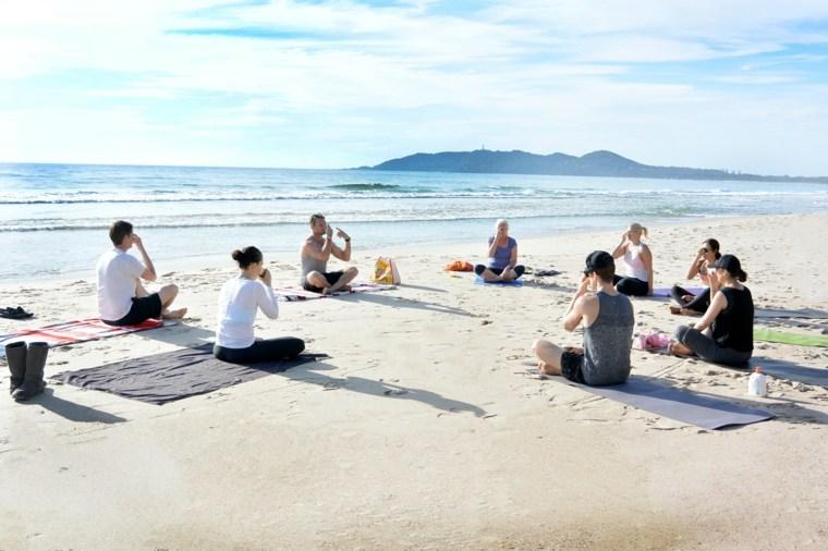 beneficios de yoga-practica-aire-libre