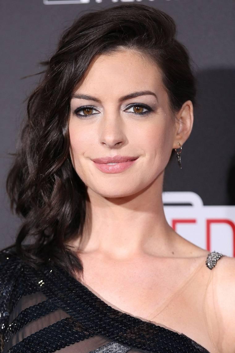 cabello-recogido-lado-Anne-Hathaway