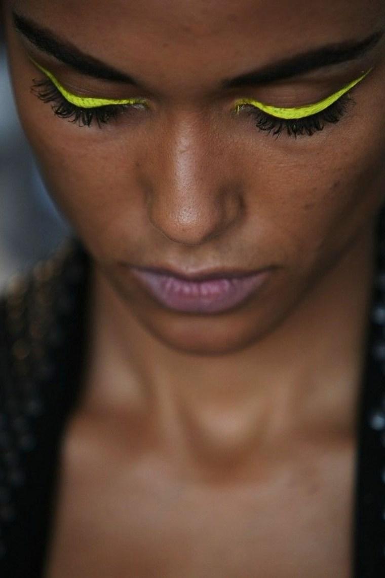 maquillaje de ojos amarillo neon