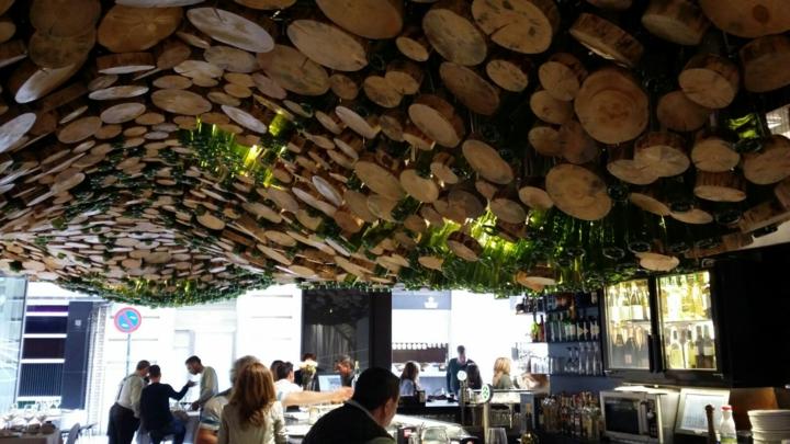 concepto-restaurante-moderno-estantes