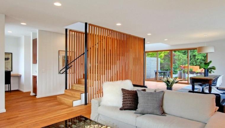 Pantalla de escalera de madera cálida