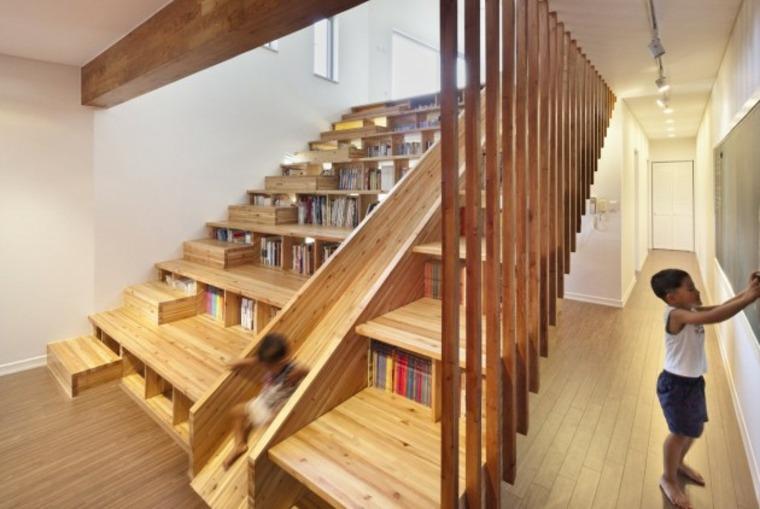 escaleras con estantes