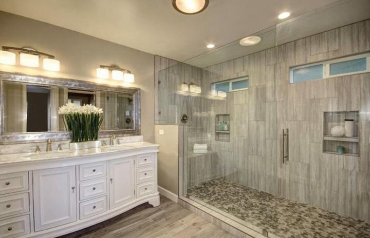 cabina de ducha con mamparas de vidrio