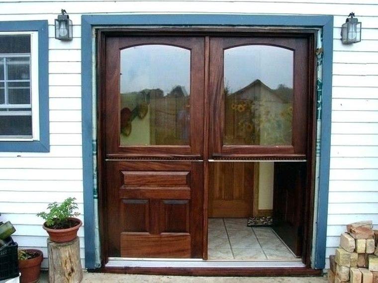 puerta con marco azul