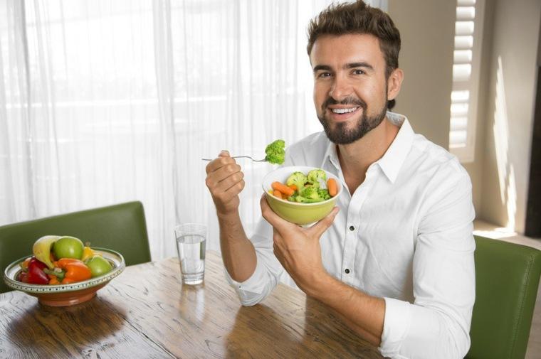 hombre-comiendo-ensalada