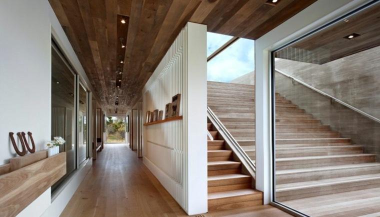 Dos escaleras están conectadas por paredes de vidrio