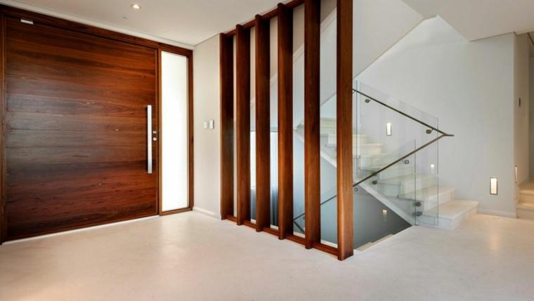 Grandes franjas de madera y balaustrada de vidrio