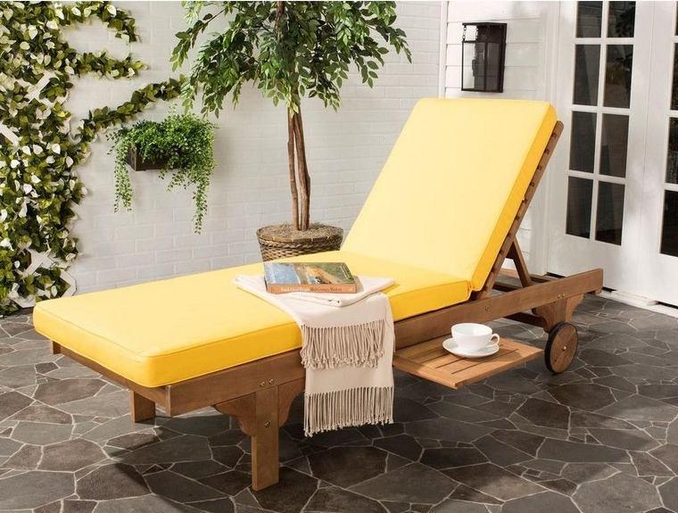 jardines-de-casas-ideas-tumbona-cojin-amarillo-jardin-pequeno