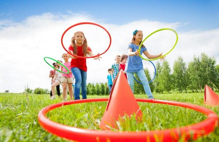 juego-ninos-aros-lanzar