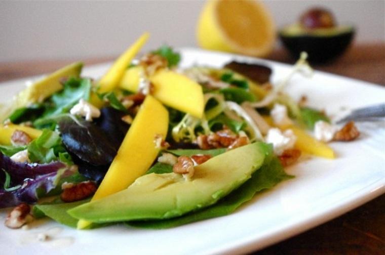 Ensalada de aguacate con mango y nuez