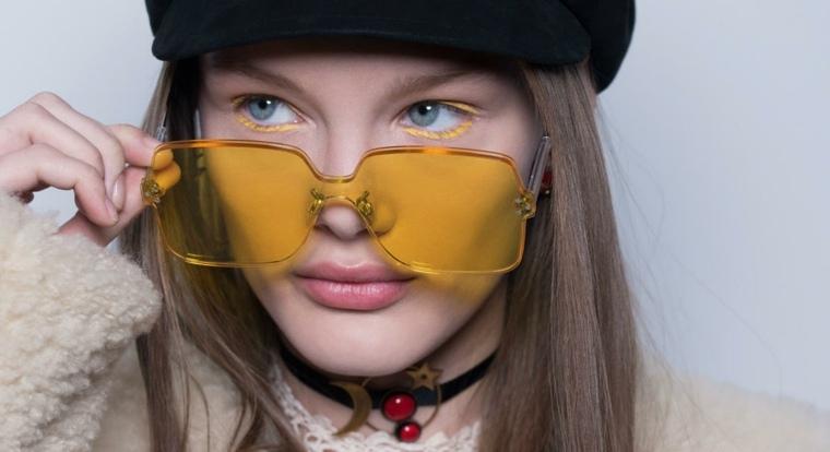 Delineador color amarillo maquillaje