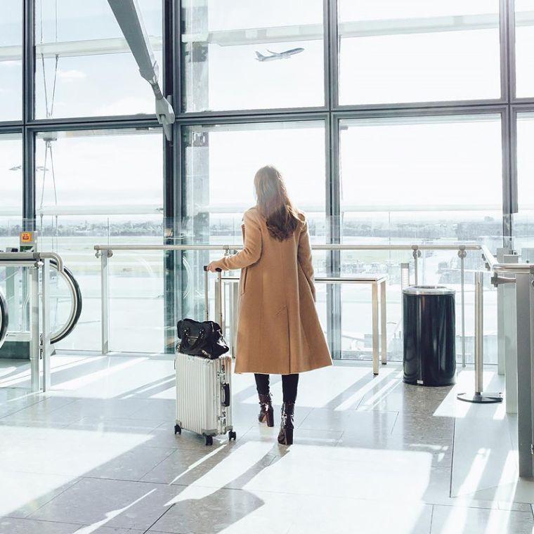 mujer-aeropuerto-vuelo-opciones