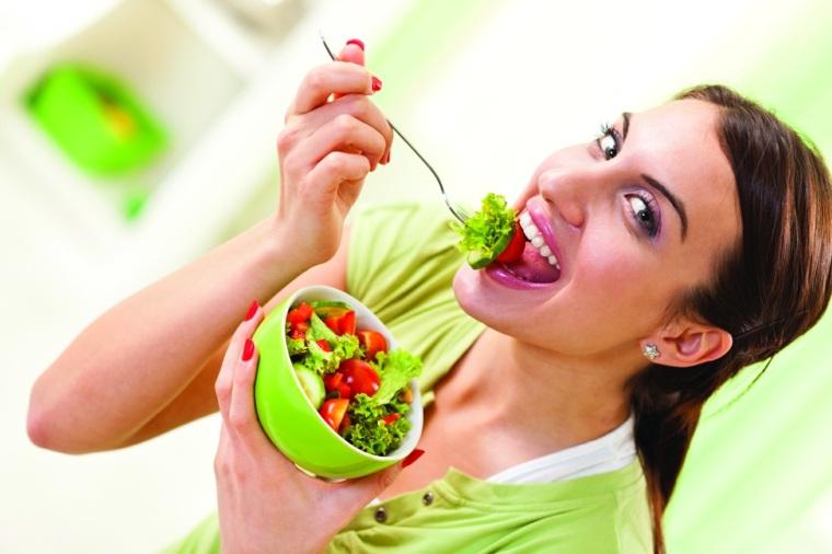 mujer-comiendo-ensalada