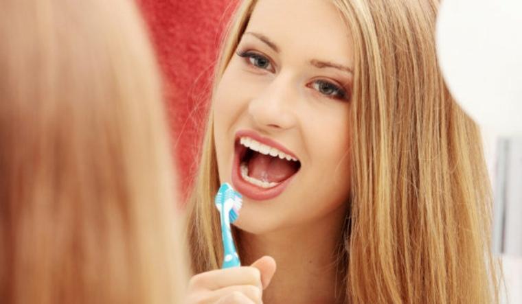 mujer-lavandose-los-dientes