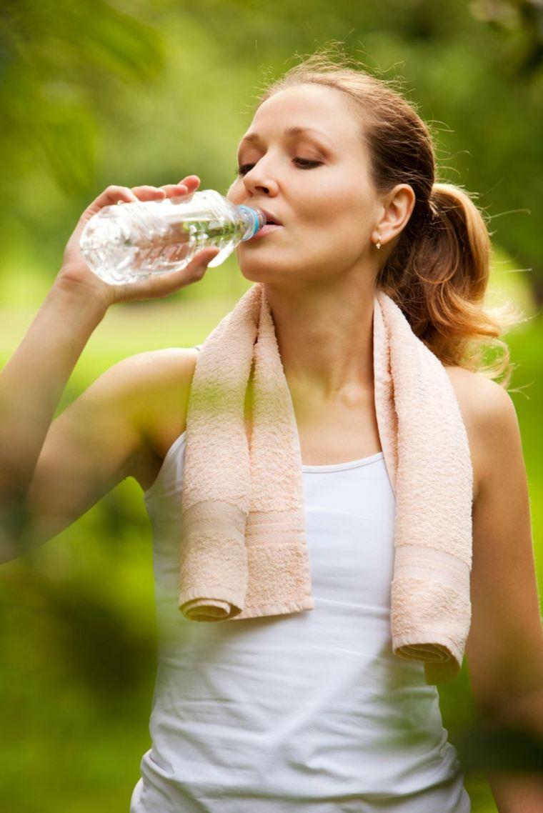 mujer-tomando-agua-botella-plastico