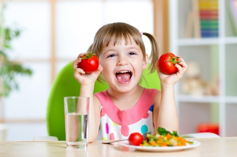 niña-comiendo-tomates
