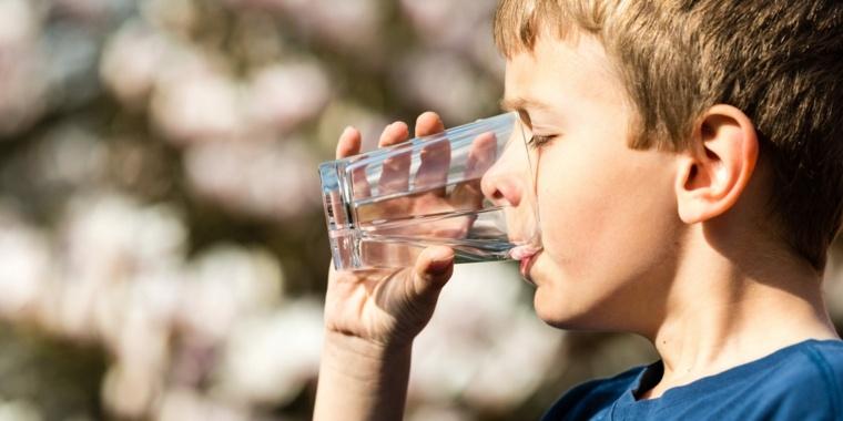 nino-tomando-agua-vaso-opciones