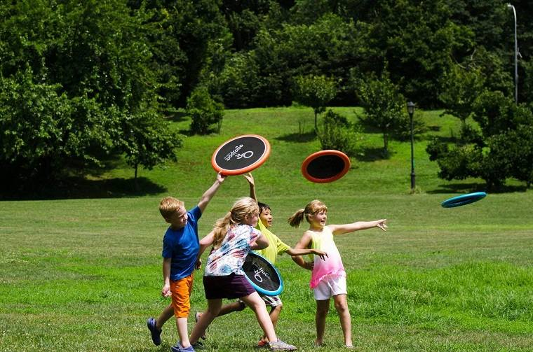 ninos-jugando-saltando-jardin-ideas