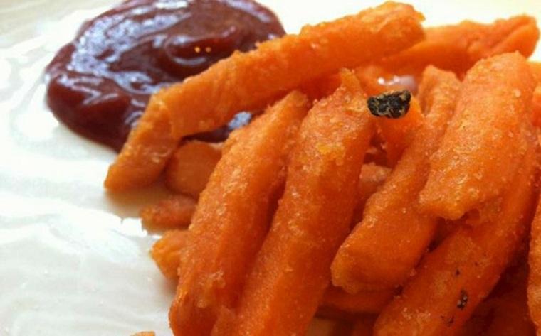Patatas fritas dulces con salsa de tomate picante