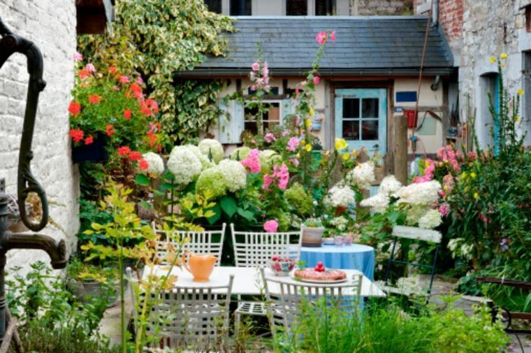 Bonito patio con muchas flores