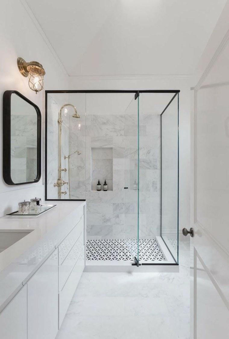 cabina de ducha con puerta de vidrio y marcos negros