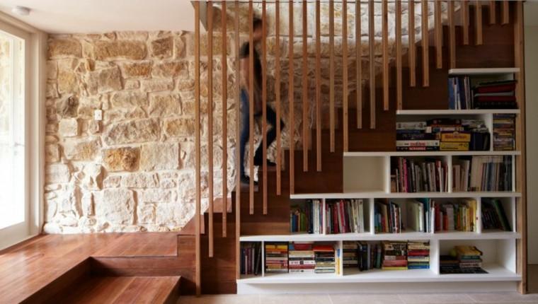 Diseño de pared de almacenamiento bajo la escalera