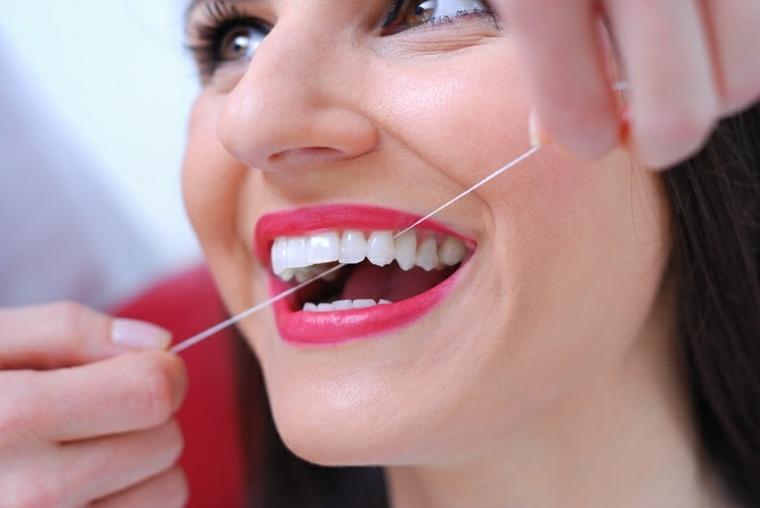 uso-de-hilo-de-dientes