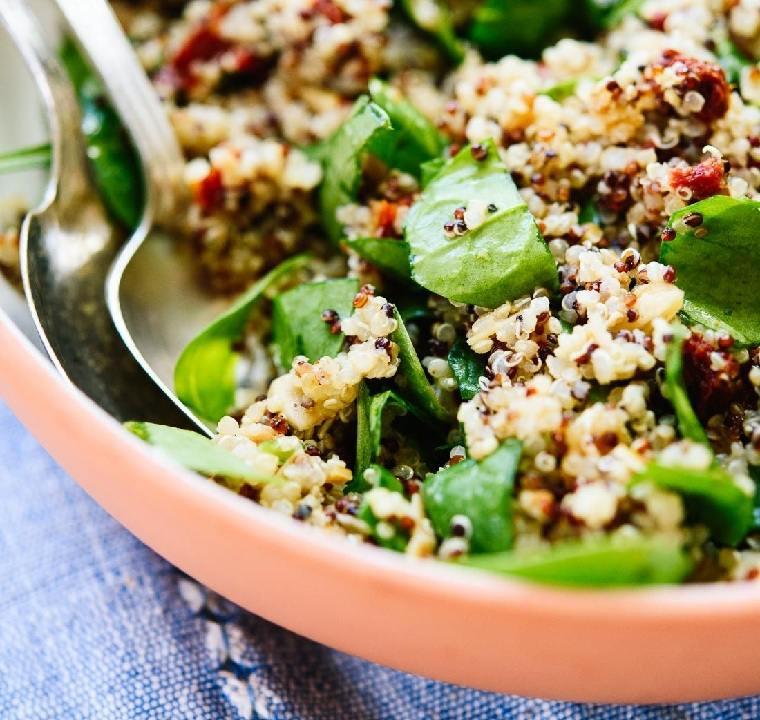 10-recetas-con-quinoa-ensalada-tomates-secos