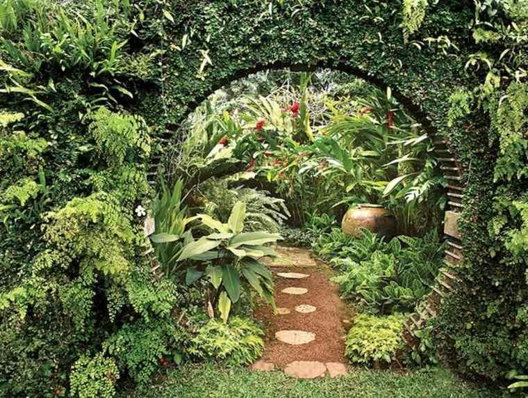 Rincón mágico cubierto de plantas