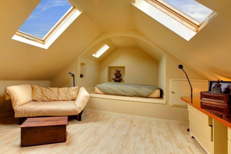 Habitación beige en el ático con claraboyas