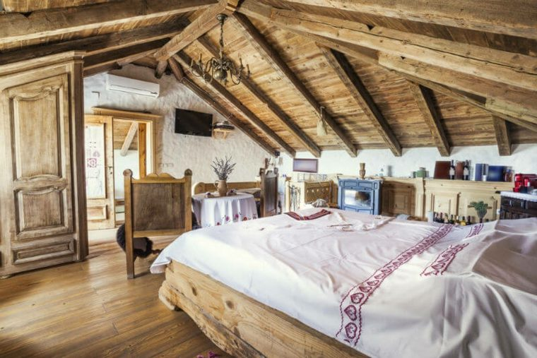 Dormitorio de madera rústica en el atico