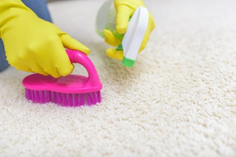 Elimine las manchas de la alfombra sin restregar excesivamente con su plancha