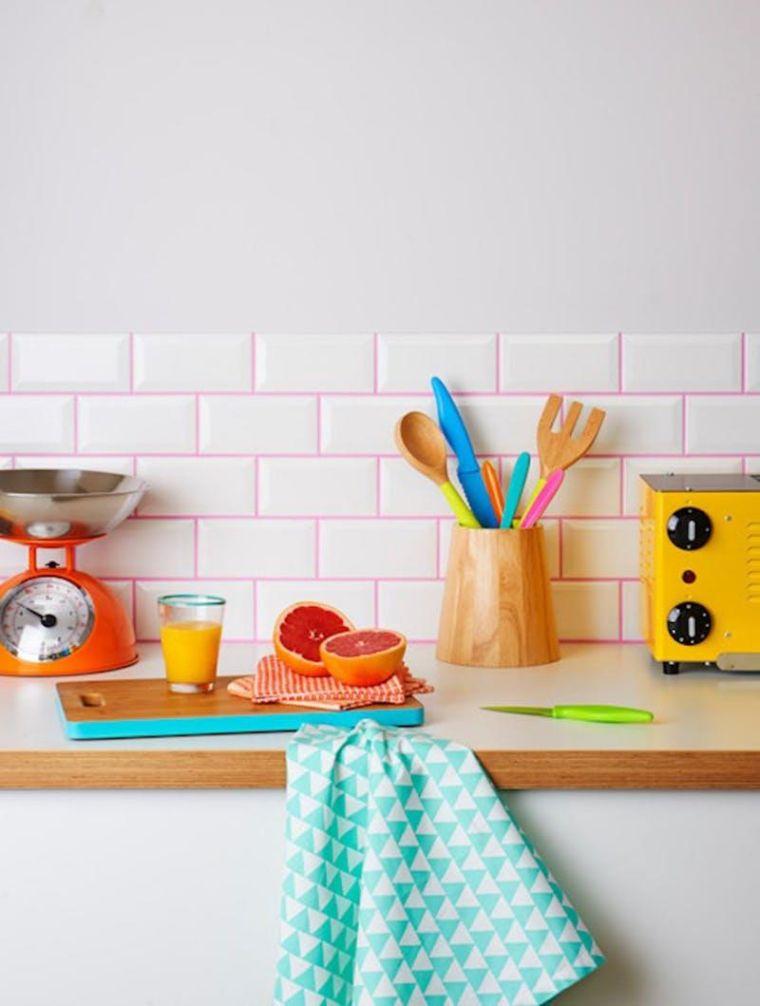 cocina-pared-lechada-rosa-azulejos-blancos