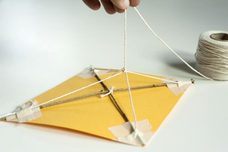 cometa amarilla carton